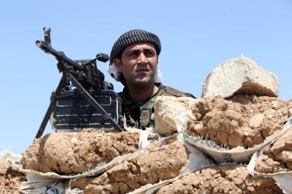 Een lid van de Koerdische HPG strijder staat op de uitkijk.