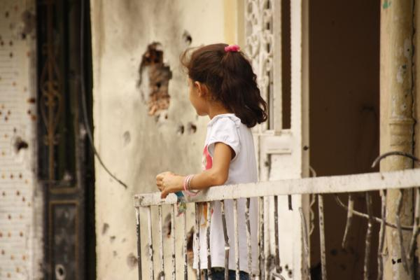 A young girl on the balcony of her house riddled with bullet holes in Cizre. The devastation in Silopi and Cizre is so big that entire neighborhoods will have to be built up from the ground. Rebecca Harms / Flickr (CC by-sa 2.0)