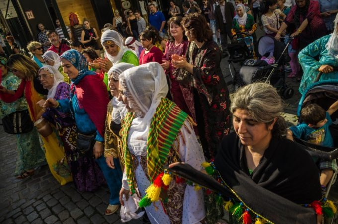 Achterflap DK 90 - Koerdistan Cultuurweek