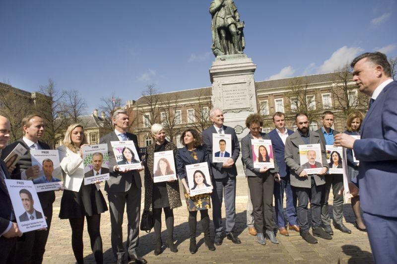 Nederlandse kamerleden in actie voor collega s in turkije for Turkse reisbureau den haag