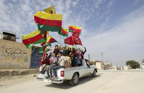 Koerden vieren de herovering van enkele kleine steden op de jihadistische ISIS-milities in de buurt van Serêkaniyê.(Foto Reuters)