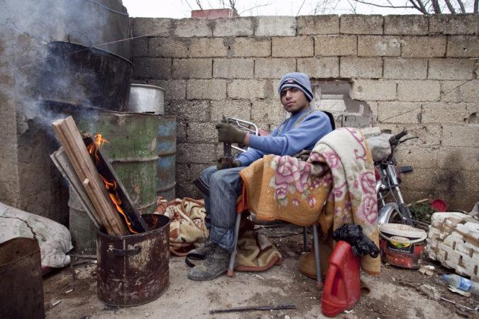 Een YPG-strijder houdt de wacht in Kobanê, januari 2015. Foto Toon Lambrechts