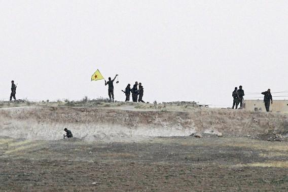 Strijders van de Koerdische strijdgroep YPG vorige week, nadat ze een gebied bij de Syrische-Turkse grens hadden veroverd op IS. Foto: EPA