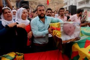 De inwoners van Cîzîr begraven de meer dan 20 mensen die omkwamen door het Turkse leger.