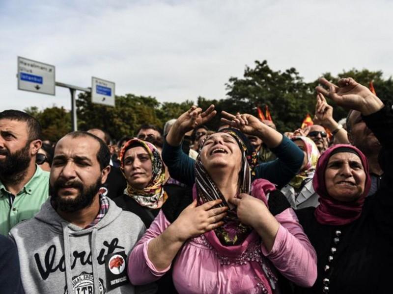 Betogers schreeuwen hun woede uit op de plaats van de aanslag; Foto AFP