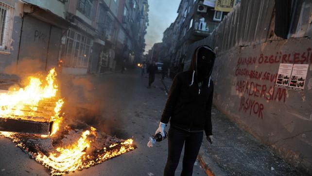 In de Turkse plaats Silopi zijn hele wijken met de grond gelijkgemaakt. Bewoners wachten er in hun kelder tot het geweld gaat liggen. ©AP