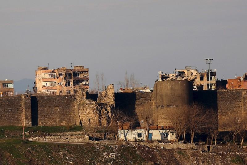 De historische stadswallen van het district Sur in Diyarbakir (Amed) raakten net als vele huizen en gebouwen  beschadigd door de zware belegering van het Turkse leger op het stadsdeel. Foto van 16 januari 2016. Sertac Kayar/Reuters