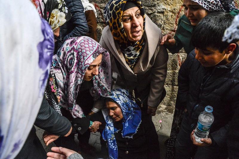 Familieleden rouwen om een vrouw die omkwam toen haar huis gebombardeerd werd. Ilyas Akengin/AFP