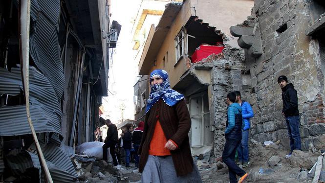 Bewoners van Cizre tussen het puin (foto EPA)