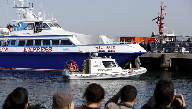 Vandaag is de eerste boot met vluchtelingen aangekomen in de Turkse kuststad Dikili. ©REUTERS