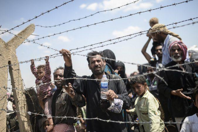 Syrische vluchtelingen wachten aan de grens met Turkije.