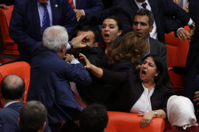 turks-parlement-e1465238735655