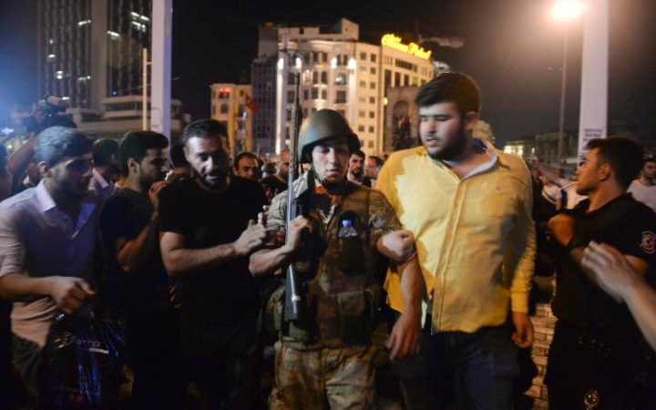 26_103404786_A_Turkish_soldier_arrested_by_civilians_is_walked_to_be_handed_to_police_officers_in_Istan-large_trans++piVx42joSuAkZ0bE9ijUnLXU7gd1mWUCWbCauCXAOdc