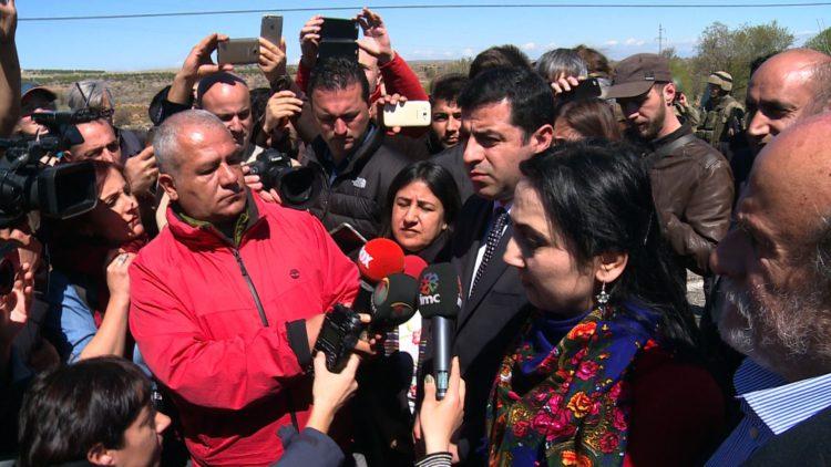 HDP-co-voorzitters Selahettin Demirtaş en Figen Yüksekdağ, momenteel allebei in de gevangenis. Foto's: Chris den Hond, getrokken op 22 maart 2016 op de weg tussen Diyarbakir en Cizre, geblokkeerd door Turkse soldaten.